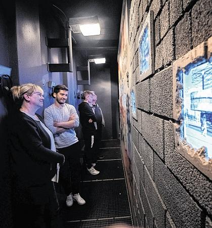 """Egal, auf welcher Seite der """"Mauer"""" man steht: In der ersten Station im TimeRide sehen alle Besucher die gleichen Filmszenen aus der geteilten Stadt."""
