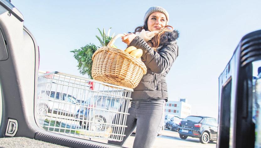 Wer nur einen Korb mit Einkäufen ins Auto hebt, sollte dabei auf seine Haltung achtgeben.FOTO:DPA
