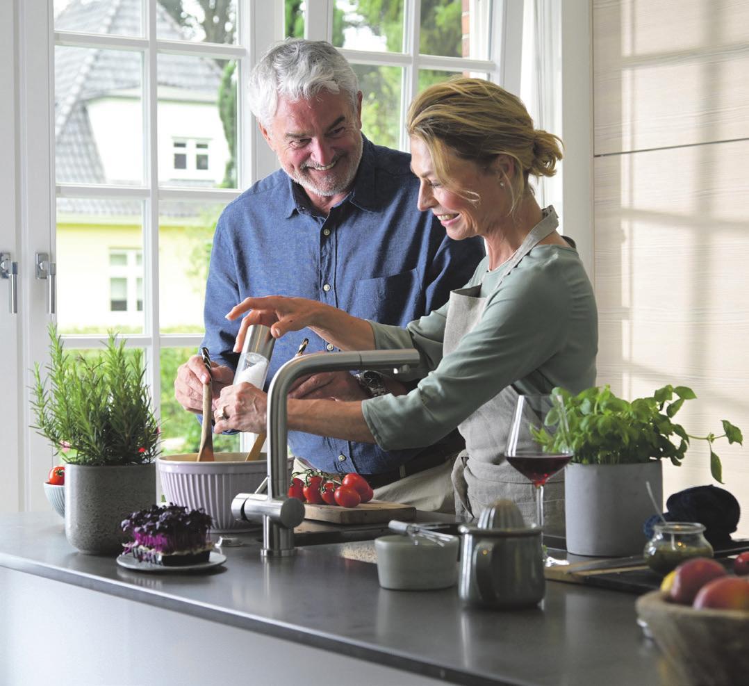 Paar in seiner neuen Küche. Foto: wertfaktor | Firat Kara