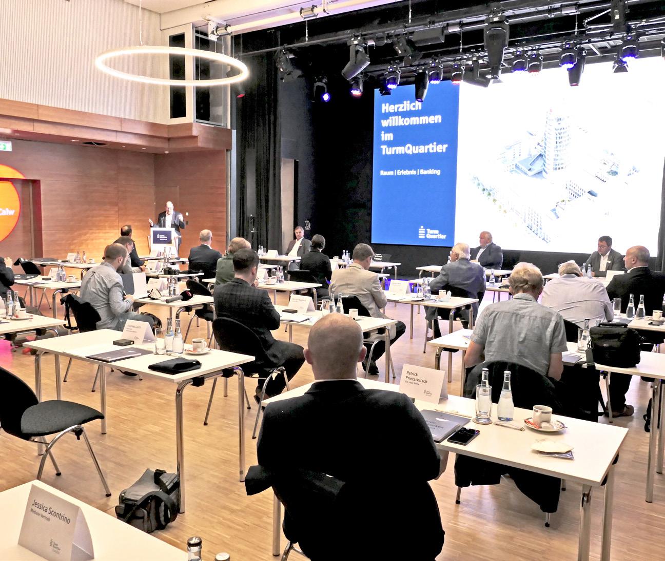 Stephan Scholl, Vorstandsvorsitzender der Sparkasse Pforzheim Calw, stellt im Forum das Konzept der Kultur- und Veranstaltungsstätte vor. Fotos: Andreas Laich