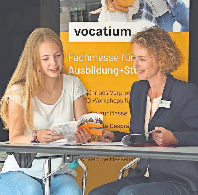 """Das Handbuch zur Messe """"Chancen in der Region Hannover"""", in dem sich die Aussteller präsentieren, hilft bei der Vorbereitung auf die Messe."""