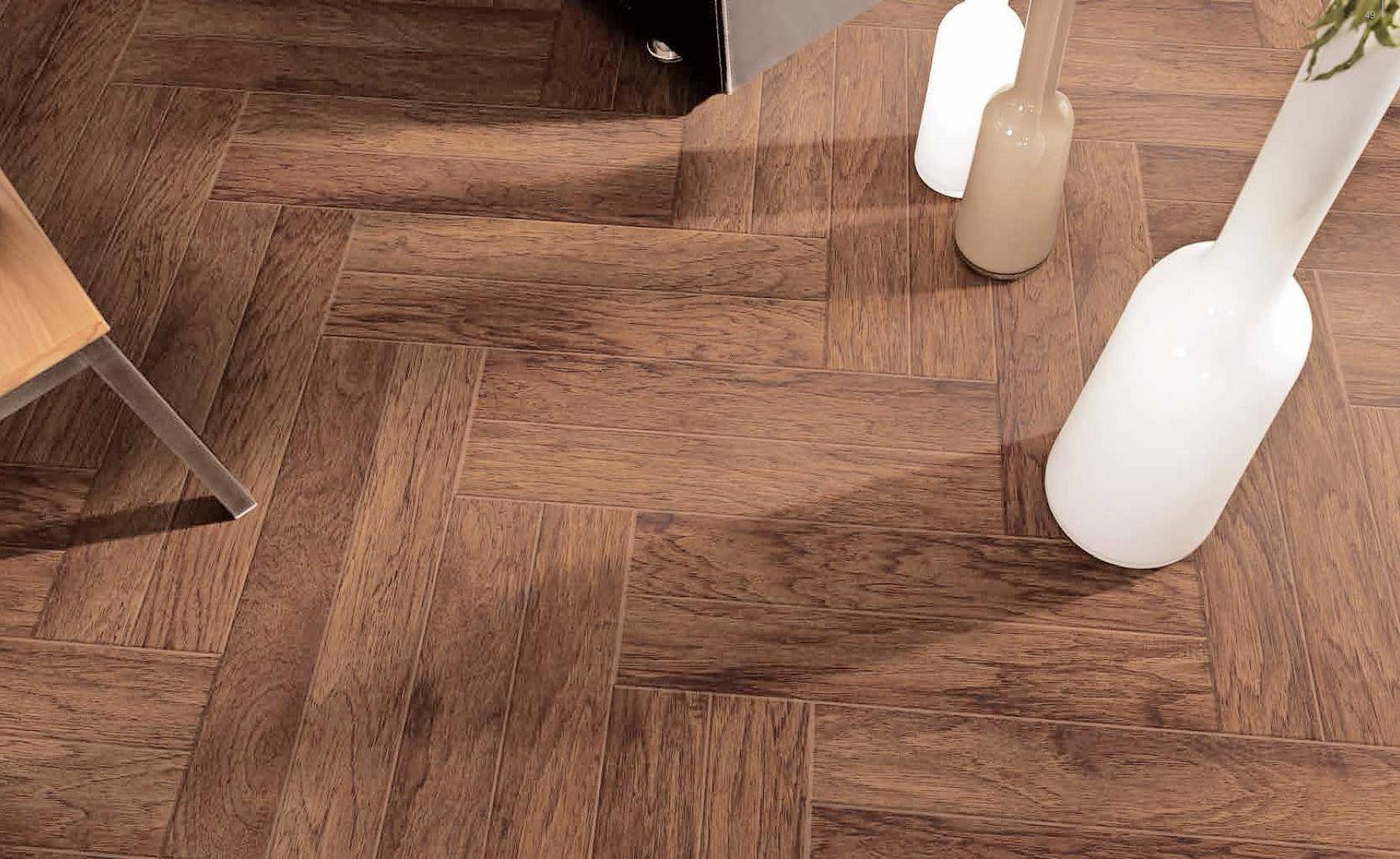 Zeitlos und klassisch: Parkett gehört zu den beliebtesten Bodenbelägen. Warm und variantenreich präsentieren sich hingegen Teppichböden. Fotos: dpa