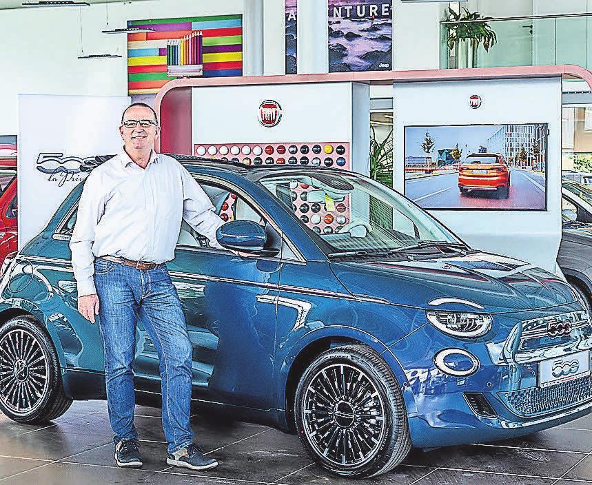 """Olaf Wiesemann vom """"Autohaus am Bungsberg"""" in der Fackenburger Allee in Lübeck stellt den neuen Fiat 500 vor. Foto: hfr"""