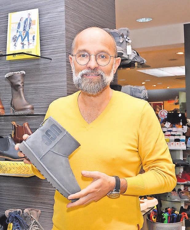 Inhaber Martin Polch präsentiert einen Winterstiefel von UGG aus gewachsenem Lammfell.
