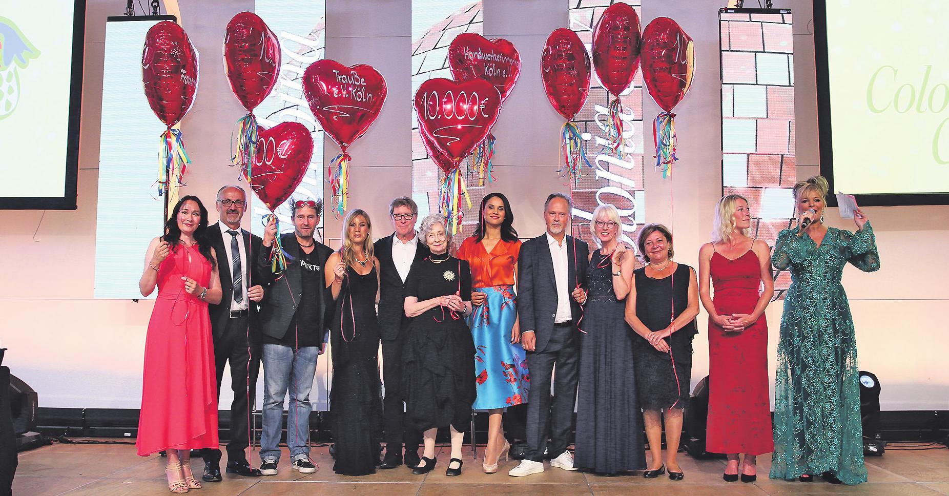 Prominente Paten nahmen auf der Benefiz-Gala die symbolischen Ballons entgegen Foto: KSTA-Archiv/Goyert