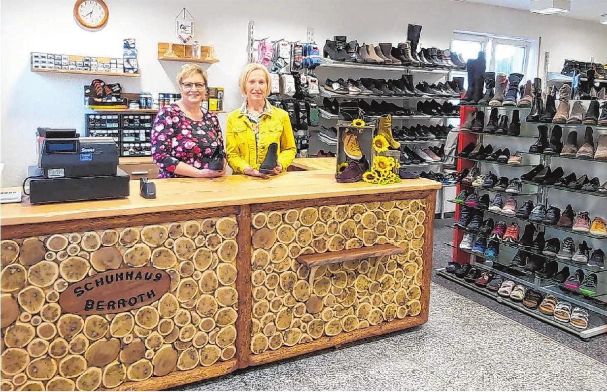 Margret Berroth (links) und Antonie Schneider freuen sich darauf, die Kunden in den neuen Räumen zu begrüßen. Die große Ladentheke ist ein echtes Unikat. Foto: privat