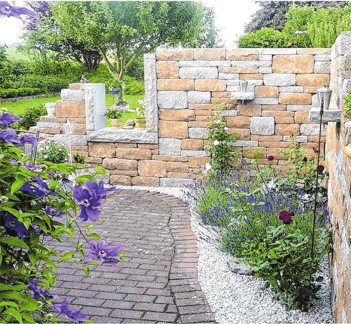 Selbst Gartenmauern, Abtrennungen oder auch ein Blickschutz lassen sich mit Betonsteinen realisieren. Foto: djd/betonstein.org