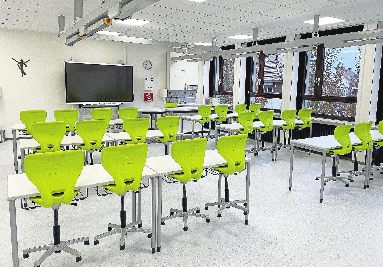 In modern ausgestatteten Fachräumen werden die Schülerinnen in den Naturwissenschaften unterrichtet.