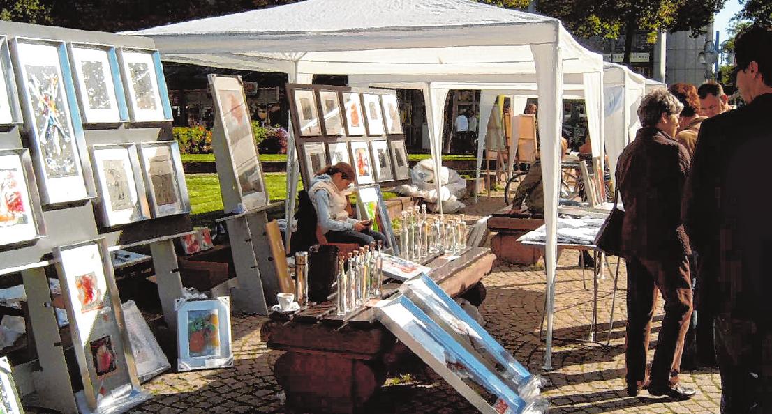 Der KunstMarkt auf dem Paradeplatz bietet ein bunt gemischtes Angebot aus allen Bereichen der Kunst. BILD: EPM