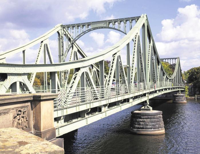 """""""Bridge of Spies"""": Die Glienicker Brücke in Berlin wurde im Kalten Krieg berühmt–hier wurden Agenten ausgetauscht. FOTO: JULIE WOODHOUSE / DPA"""