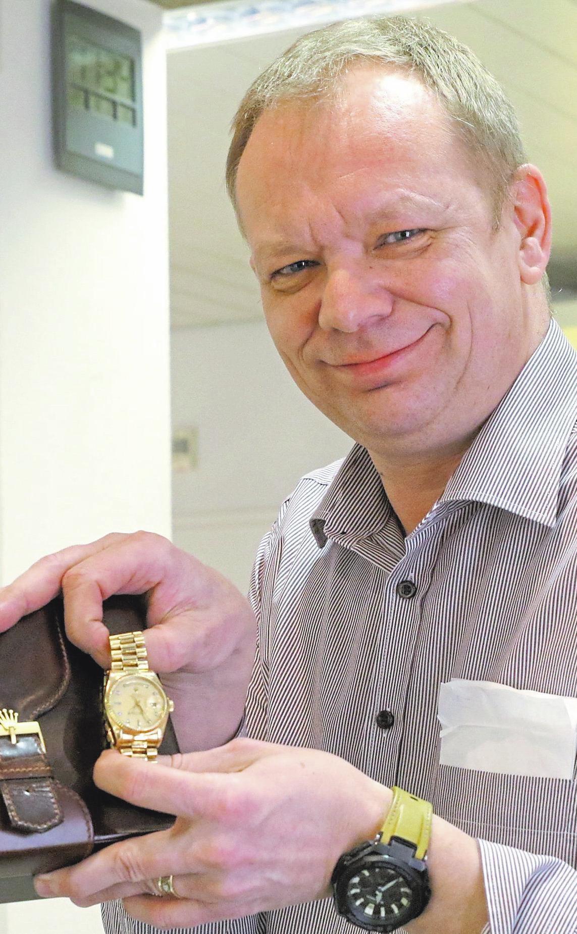 Frank Herweg berät beim Gold- und Schmuckverkauf.