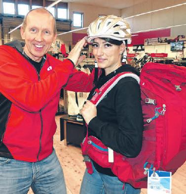 Bei der Auswahl des passenden Fahrradhelmes weiß Eberhard Baars, worauf es ankommt.