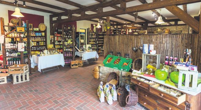 Im Hofladen können Lebensmittel gekauft werden. Foto: zVg