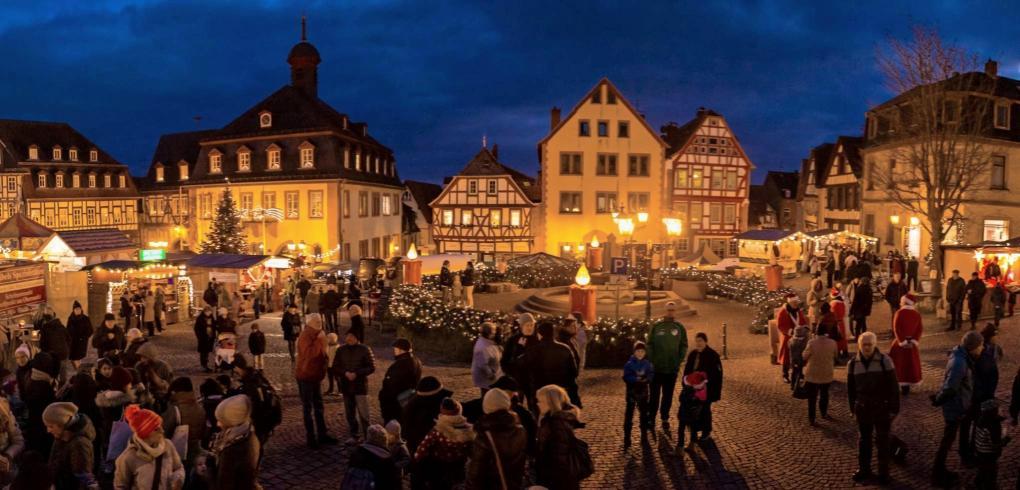 Am dritten Adventswochenende, vom 12. bis 15. Dezember, verwandelt sich die Gelnhausener Altstadt in ein buntes Lichtermeer. Foto: Roland Adrian