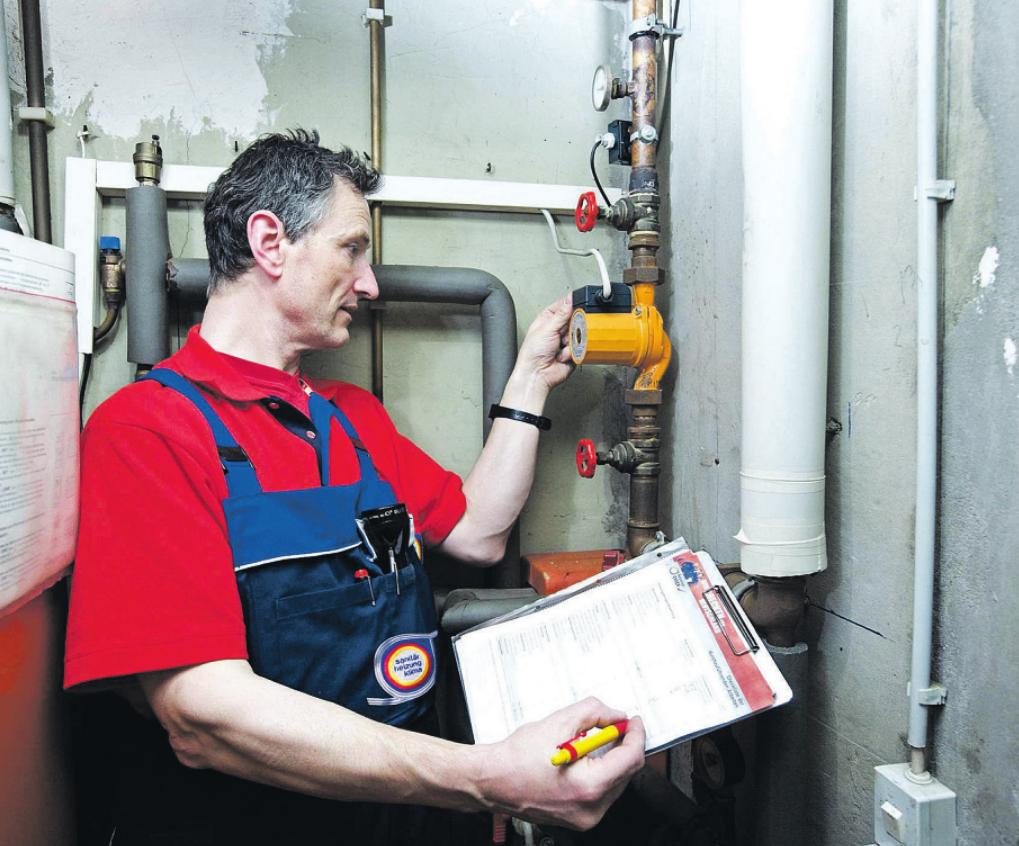 Beim Heizungs-Check zeigt der Fachmann mögliche Mängel ebenso detailliert auf wie sinnvolle Maßnahmen, um Energiebedarf und Kosten zu senken Foto: djd/ZVSHK
