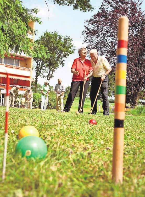 In der warmen Jahreszeit bieten die Außenbereiche vielfältige Möglichkeiten zum Verweilen oder für Freizeitaktivitäten (Bild oben). Foto: Rosenhof Seniorenwohnanlagen