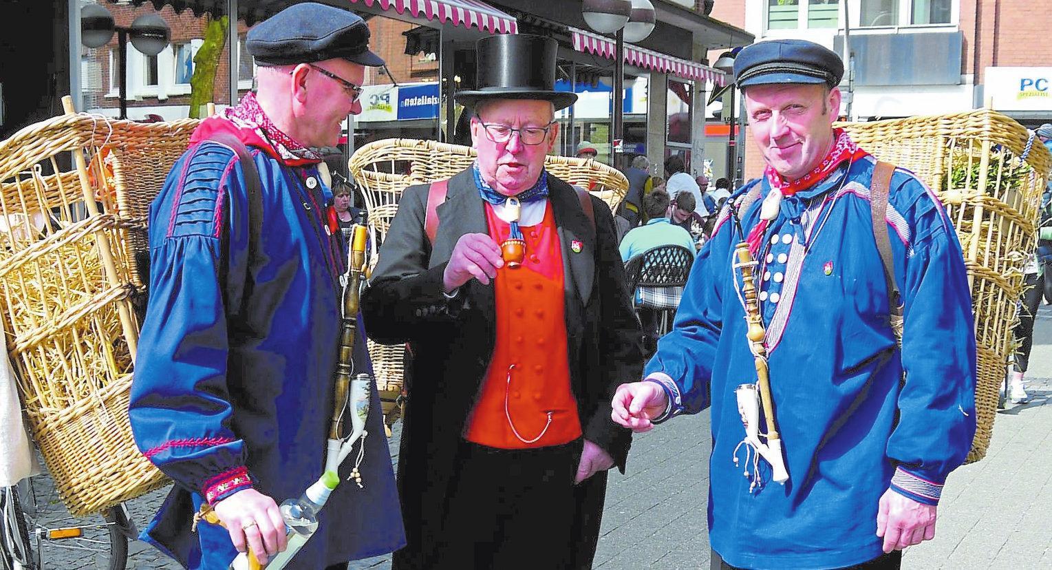 Beim Pottbäckermarkt bleibt auch eine alte Kiepenkerl-Tradition besonders lebendig: Es werden Neuigkeiten weitergereicht.