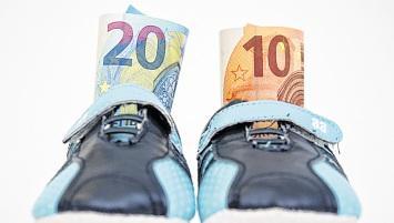 Beim paritätischen Wechselmodell bekommt nur einer der Sorgeberechtigten Kindergeld. FOTO: ANDREA WARNECKE/DPA-MAG