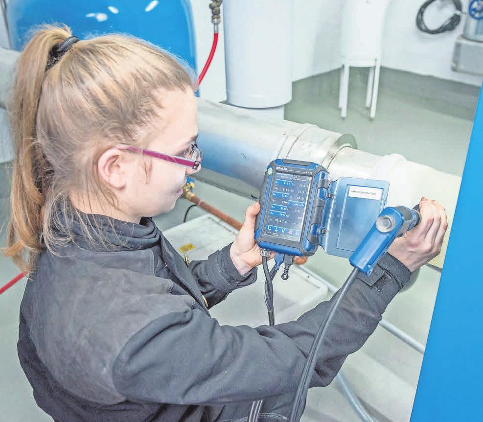 Technisches Wissen ist gefragt: Mit einem Abgasanalysemessgerät misst die angehende Schornsteinfegerin Denise Artschwager, wie viel Kohlenmonoxid die Gasbrennwertfeuerstätte ausstößt.
