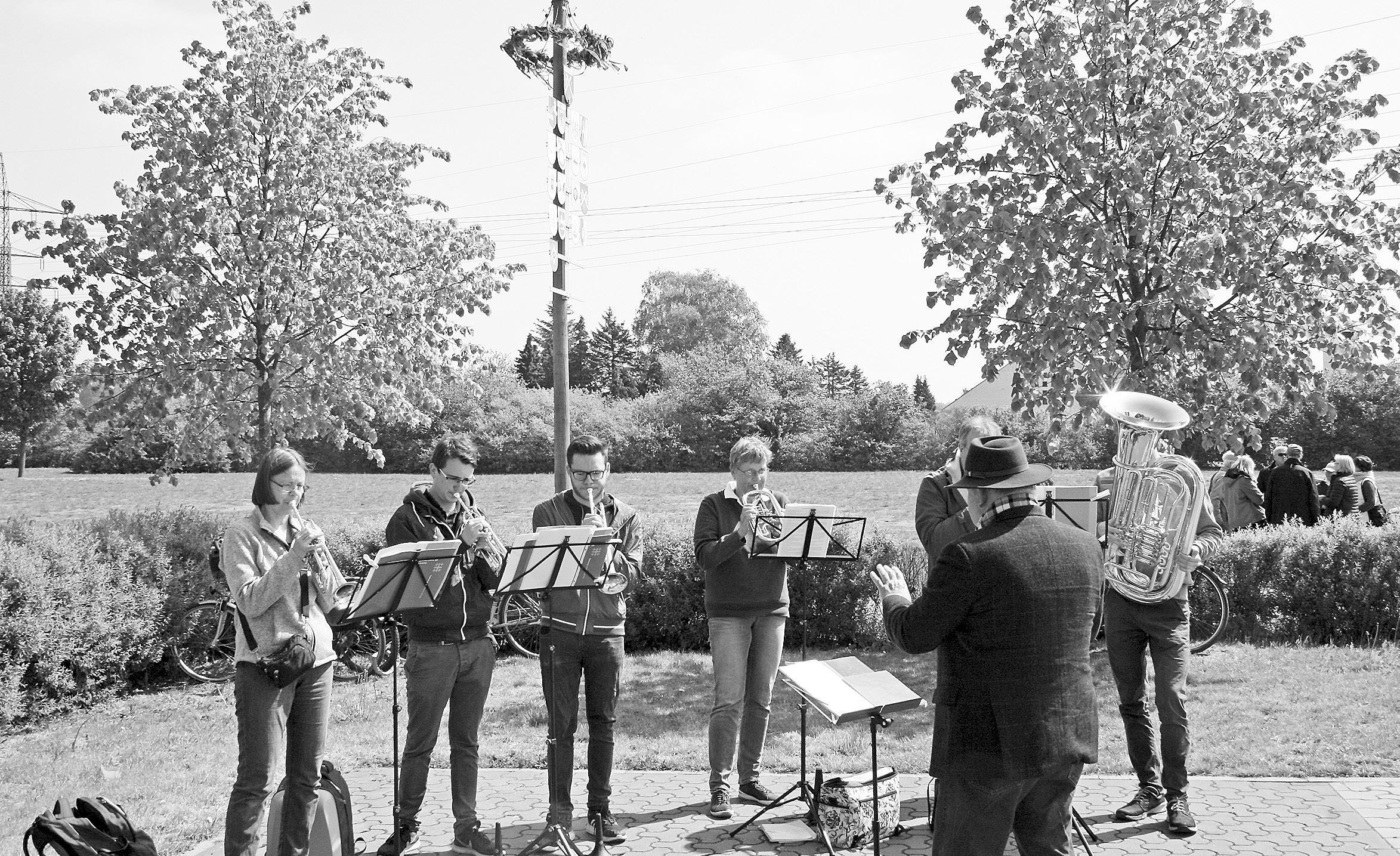 Der Posaunenchor spielte vor dem Maibaum. Fotos: Andreas Reimchen