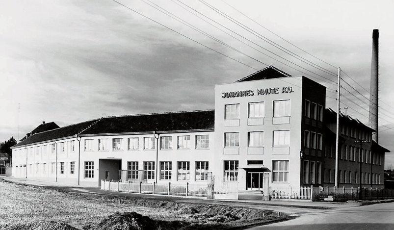 Bilder im Uhrzeigersinn: Arbeiter im ehemaligen Zementwerk Bodelshausen. Der Fuhrmann Martin Hausch transportierte die Kohle vom Bahnhof zur Firma Gehring. Dort heizte man mit dem Brennmaterial der fabrikeigenen Dampfmaschine ein. Diese lieferte die für die Produktion benötigte Energie. Ansichten der Firma Johannes Maute in Bodelshausen. Das Foto von circa 1957 zeigt die Schauseite des Unternehmens. Sie bot sich all jenen, die durch die Bahnhofstraße nach Bodelshausen kamen. Das Unternehmen präsentierte sich mit Stromleitungen und Schornsteinen. Bilder: Gemeindearchiv Bodelshausen, Fotosammlung