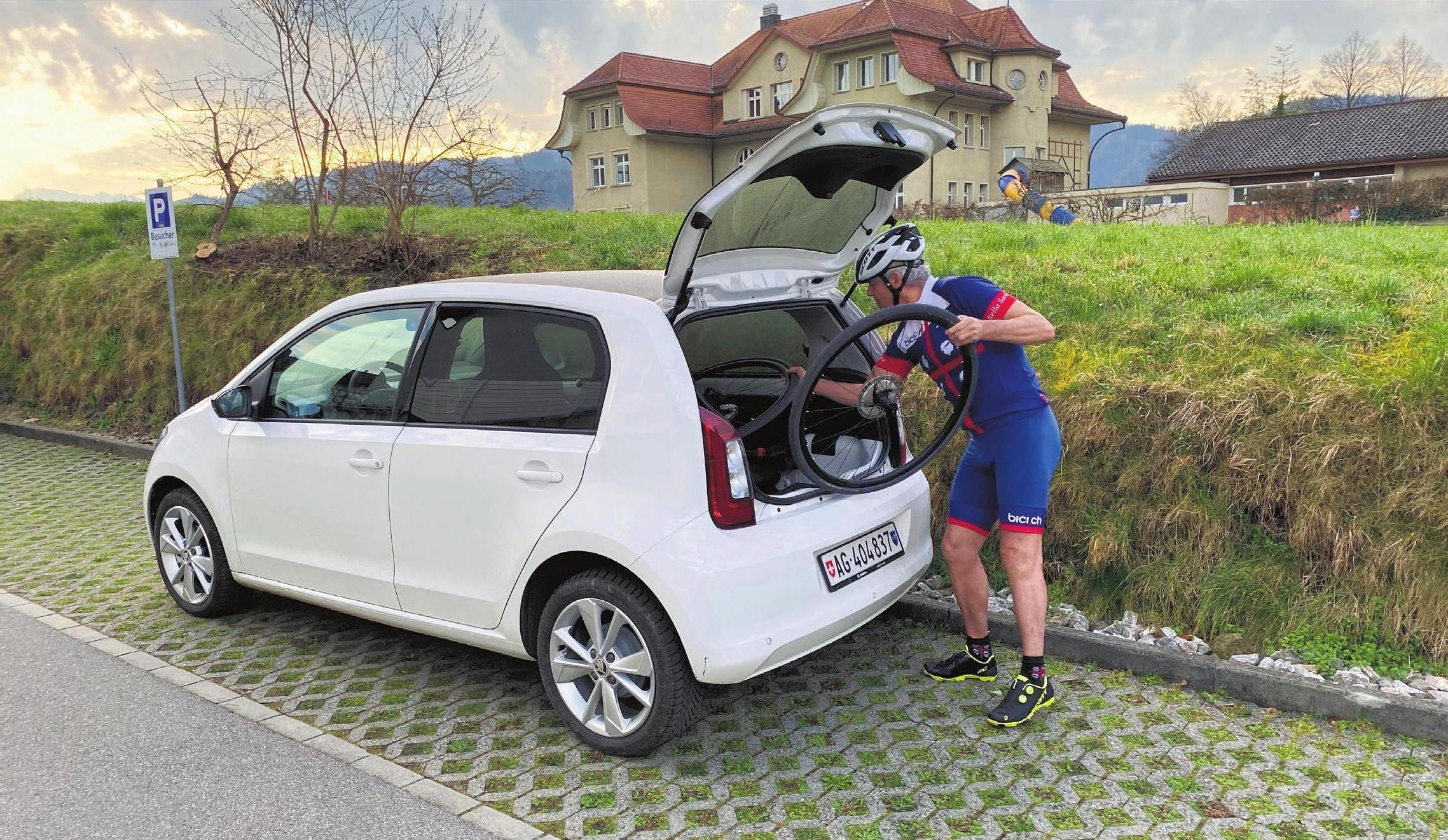 Kleinwagen mit überraschend viel Platz im Kofferraum: Im Citigo e iV lässt sich auch ein Rennrad gut verstauen. Bild: Bruno Stüdle