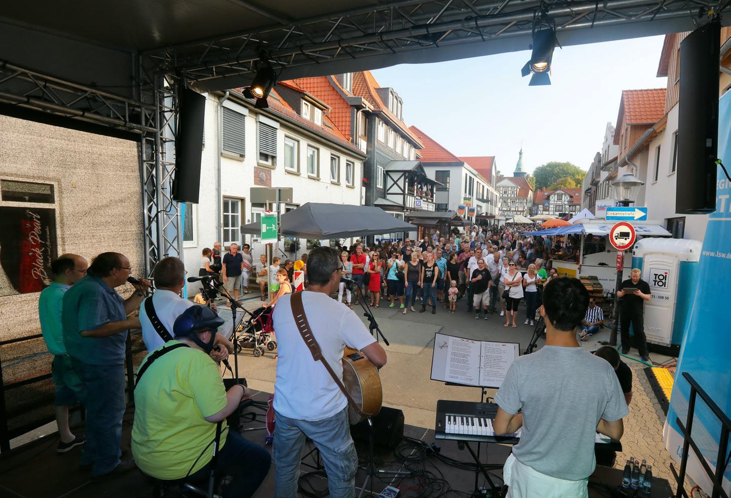 Ein Auftritt auf dem Altstadtfest in Fallersleben ist immer etwas ganz Besonderes – für die Musiker und fürs Publikum. © Boris Baschin