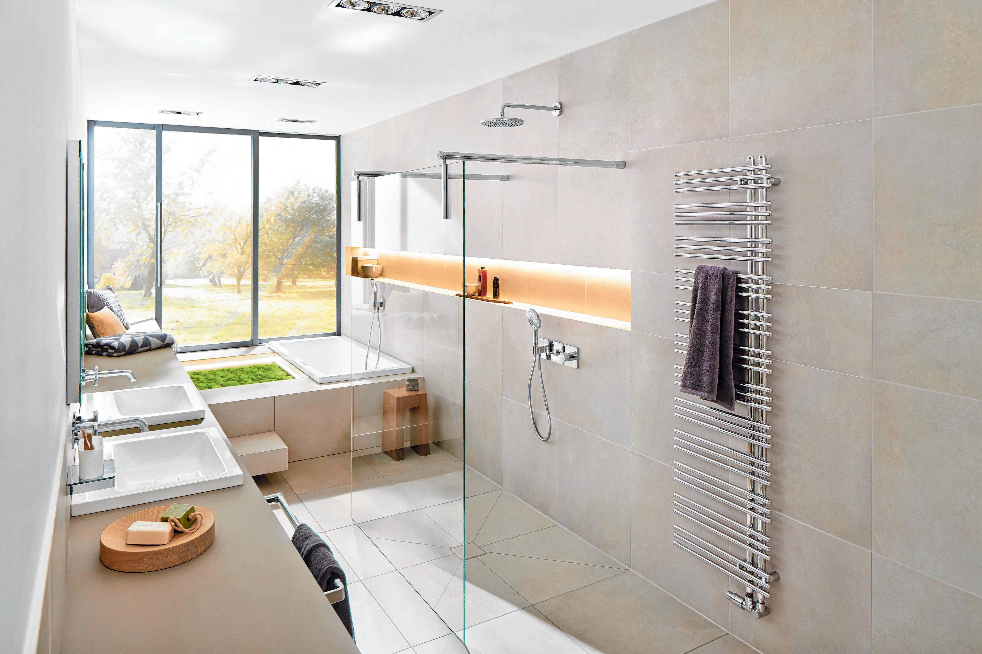 Die optische Vergrößerung wird durch die harmonisch abgestimmte Wand- und Bodengestaltung mit modernen XL-Fliesen im Natursteinlook verstärkt. FOTOS:DJD/DEUTSCHE-FLIESE.DE