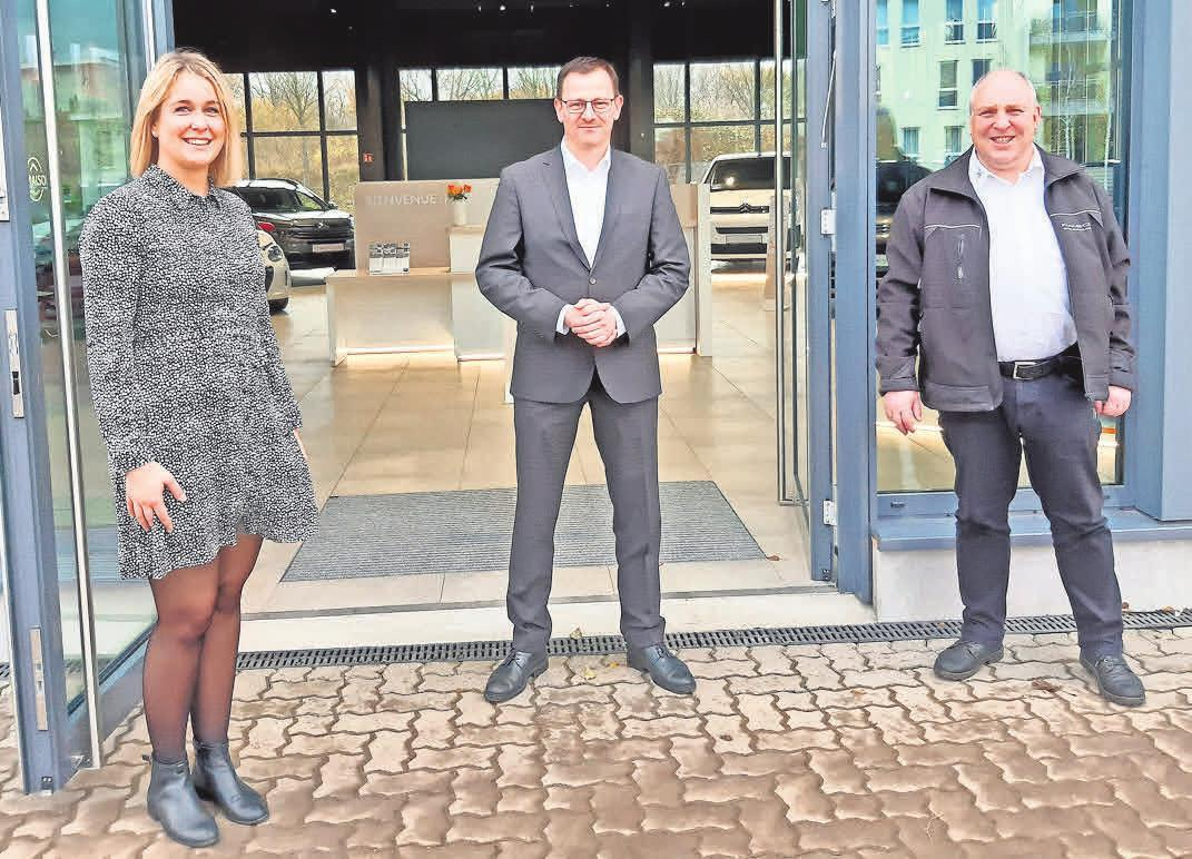Freuen sich den Kunden die neuen Citroën ë-C4 und C4 präsentieren zu können: Coralie Behrend (v.l.), Benjamin Ruf und Stefan Teckenburg. Foto: Malzahn
