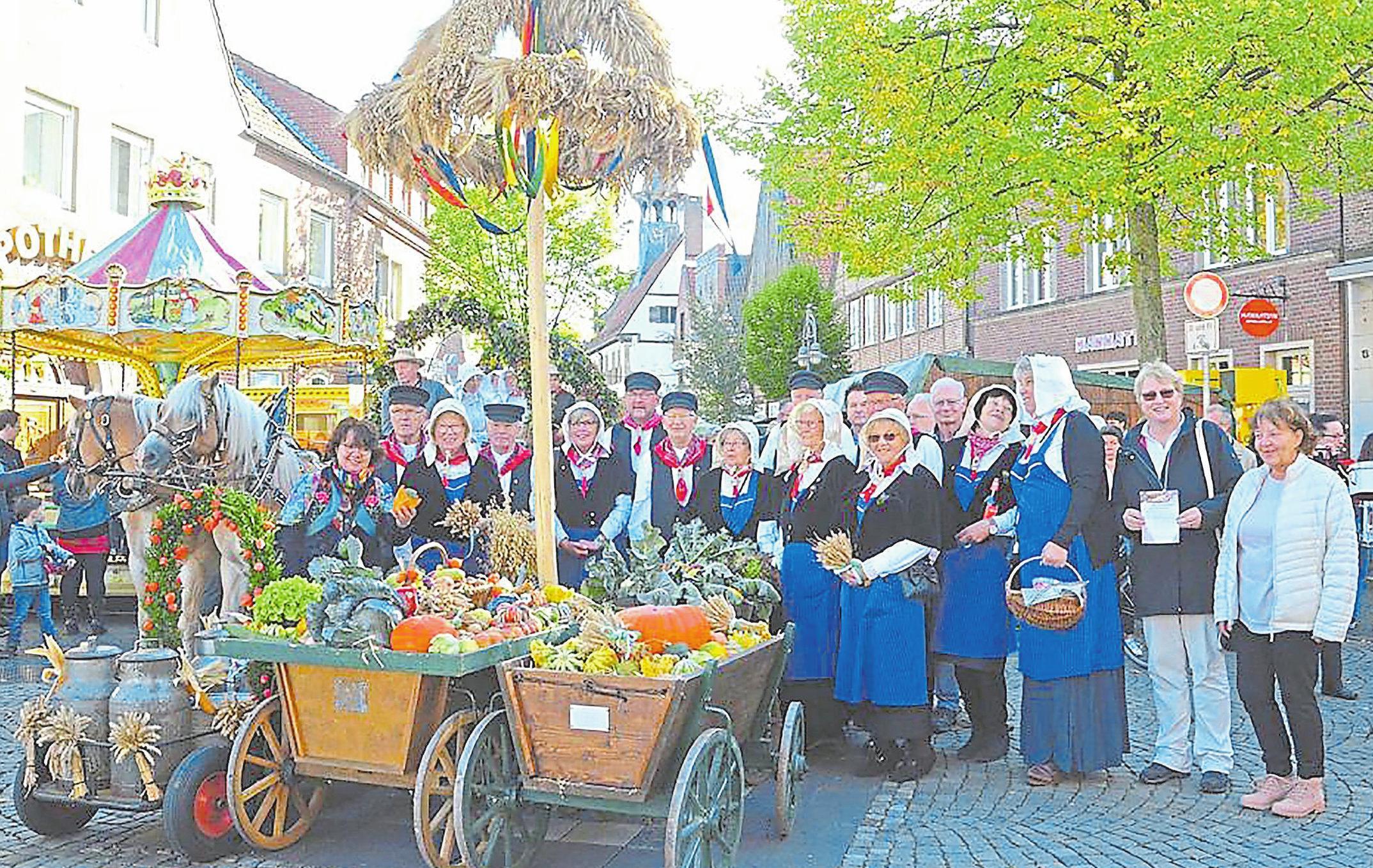 Die Kötterfamilie aus der Friedenau präsentiert unter der Erntekorne ihre historischen Trachten. Foto: Rainer Nix