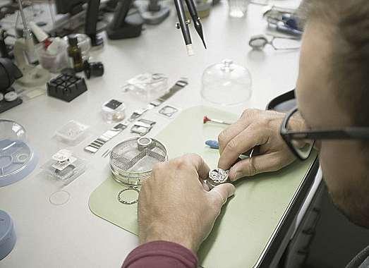 Präzision und Know-how: Die Uhrmachermeister von Juwelier Mahlberg können die meisten Reparaturen direkt vor Ort ausführen. FOTO: MAHLBERG