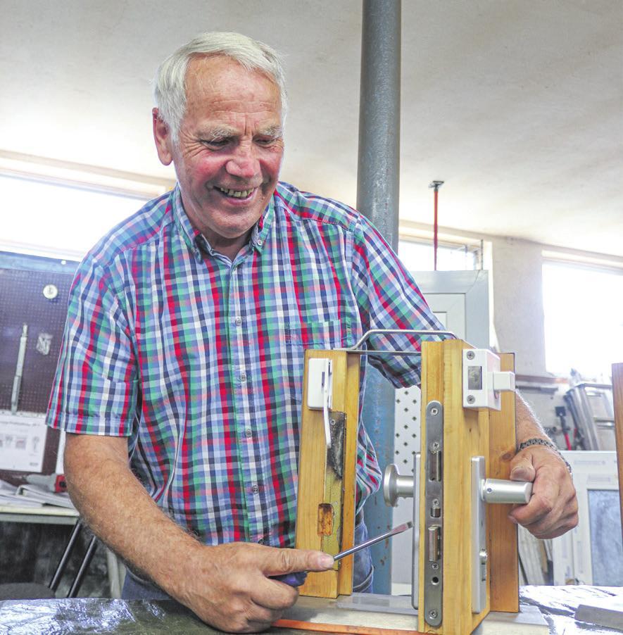 Erwin Hokenmaier demonstriert an den selbst gebauten Modellen, wie sich Schlösser öffnen lassen. FOTO: DANIELA STROHMAIER