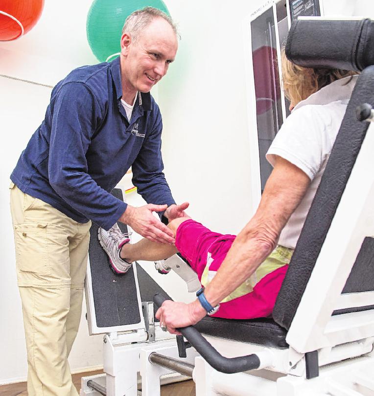 Mobilisation von Jungen und Älteren: Physiotherapeuten haben mit Patienten in jedem Alter zu tun.