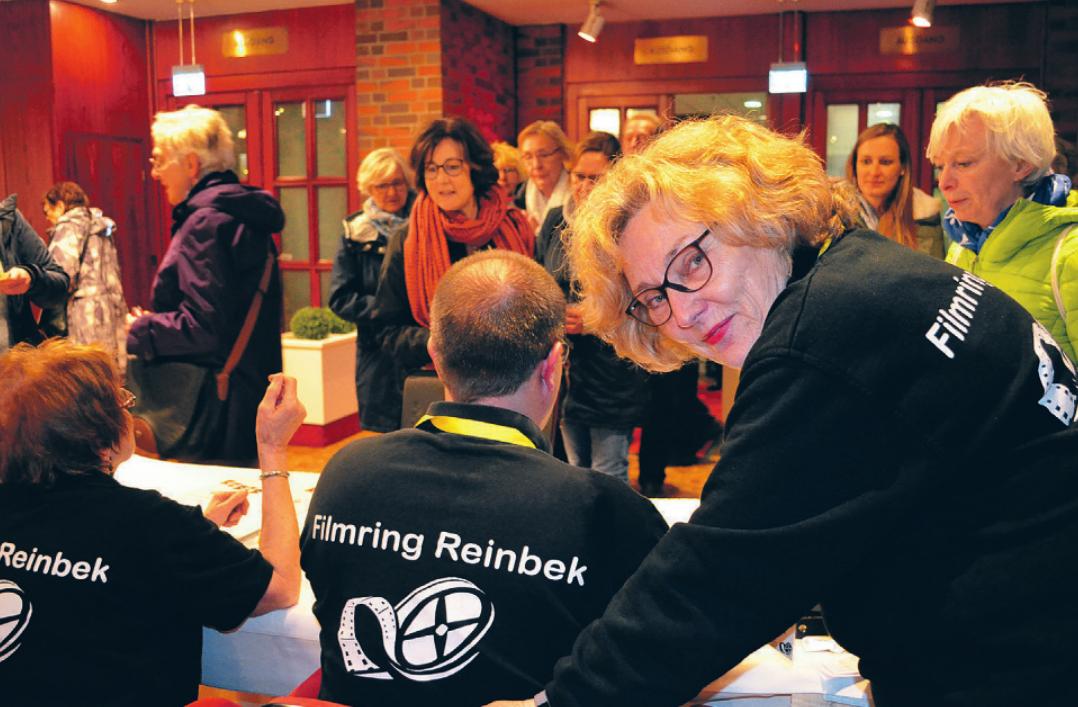 Viele Besucher hatten rechtzeitig die Karten gekauft, sodass der Andrang an der Kasse mit Marina Umlauff und ihren Mitstreitern nicht so groß warFoto: Dörte Hoffmann
