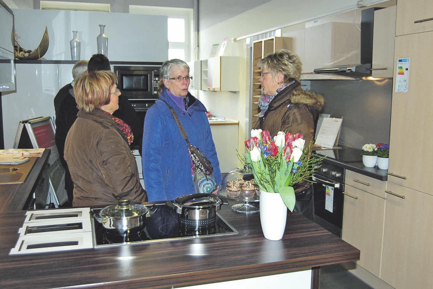 In der großen Küchenausstellung werden die neuesten Trends gezeigt.