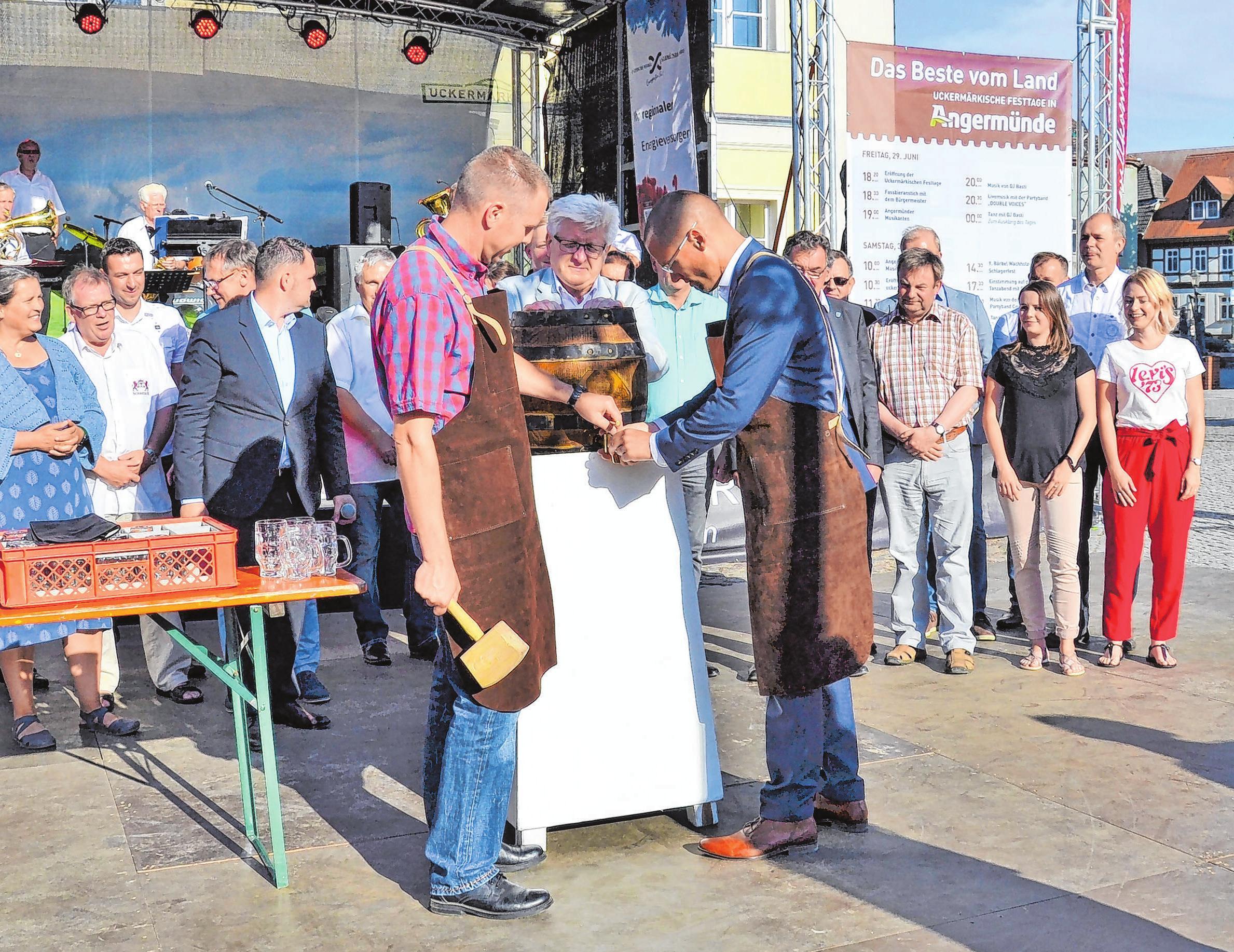 Mit einem Schlag: Dann soll das Bier fließen, wünscht sich wohl Bürgermeister Frederik Bewer, der am Freitagabend den Hammer schwingen wird. Foto: Stadt Angermünde