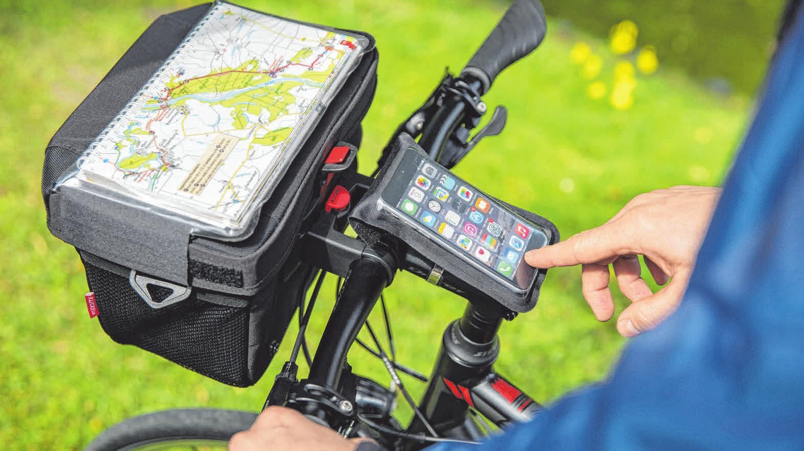 Karte und elektronische Begleiter können direkt im Blickfeld und gut geschützt am Lenker angebracht werden. FOTO: DJD/WWW.KLICKFIX.DE/MAREEN FISCHINGER