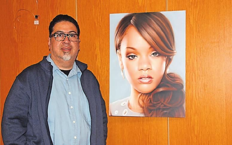 Airbrush-Profi: Javier Soto mit Rihanna. FOTO: HEYDER