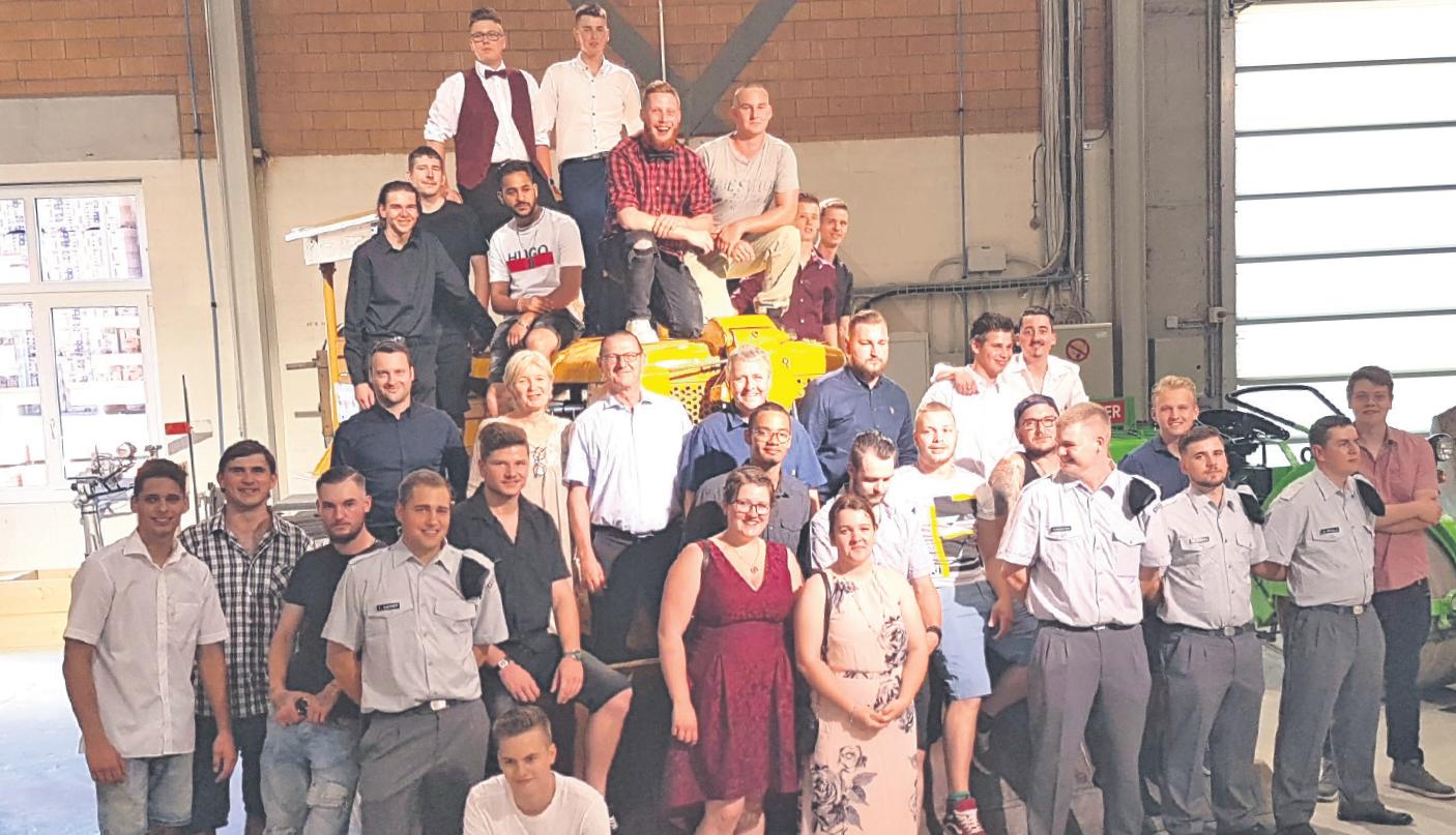 30 Strassentransportfachmänner und -frauen freuen sich mit ihren üK- und Berufsschullehrern über das EFZ.