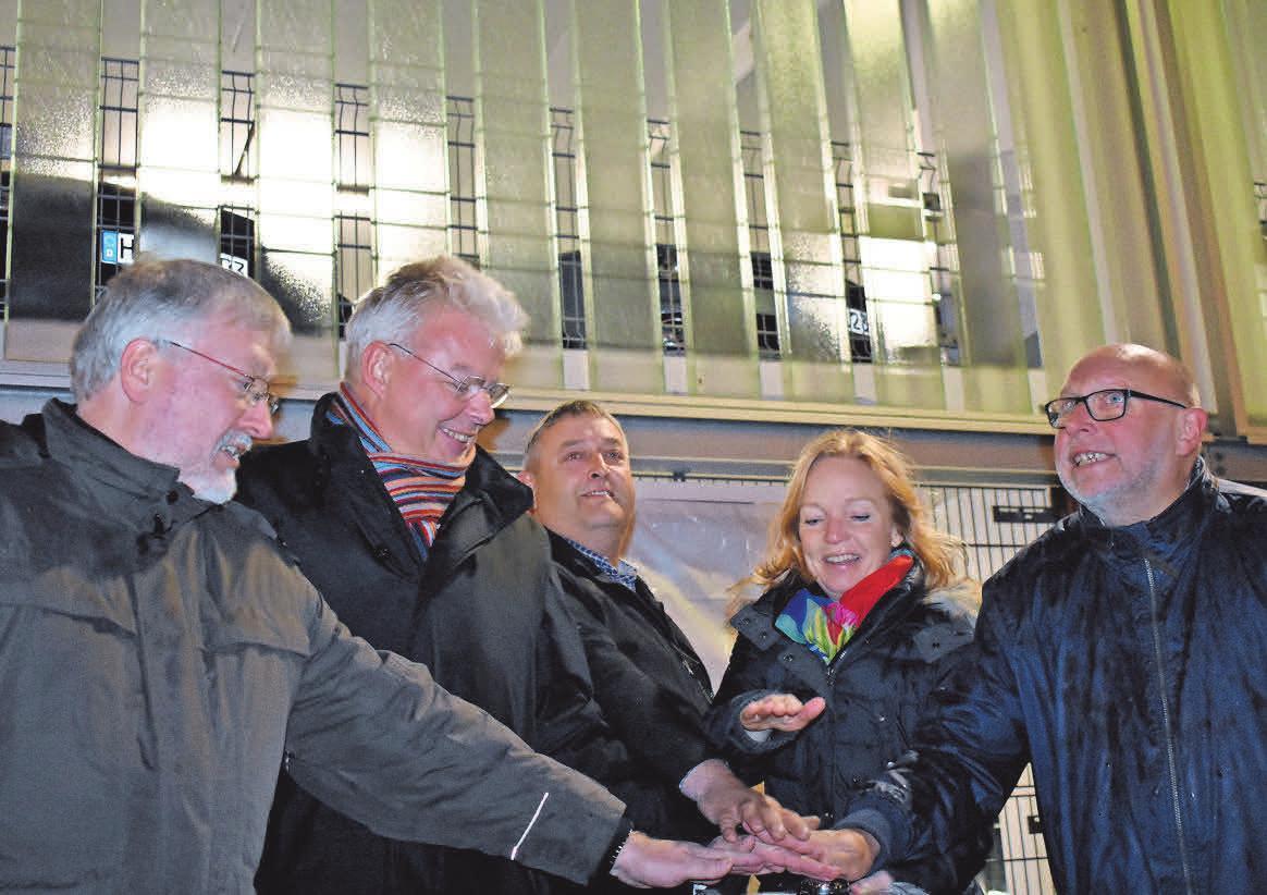 Im vergangenen Jahr hatten der damalige Stadtwerke-Chef Rainer Eberth, der damalige Bürgermeister Klaus Sidortschuk, Elektriker Frank Wendt und die Stadtmarketing-Spitze Sonja Truffel und Udo Gallowski die Beleuchtung feierlich freigeschaltet.