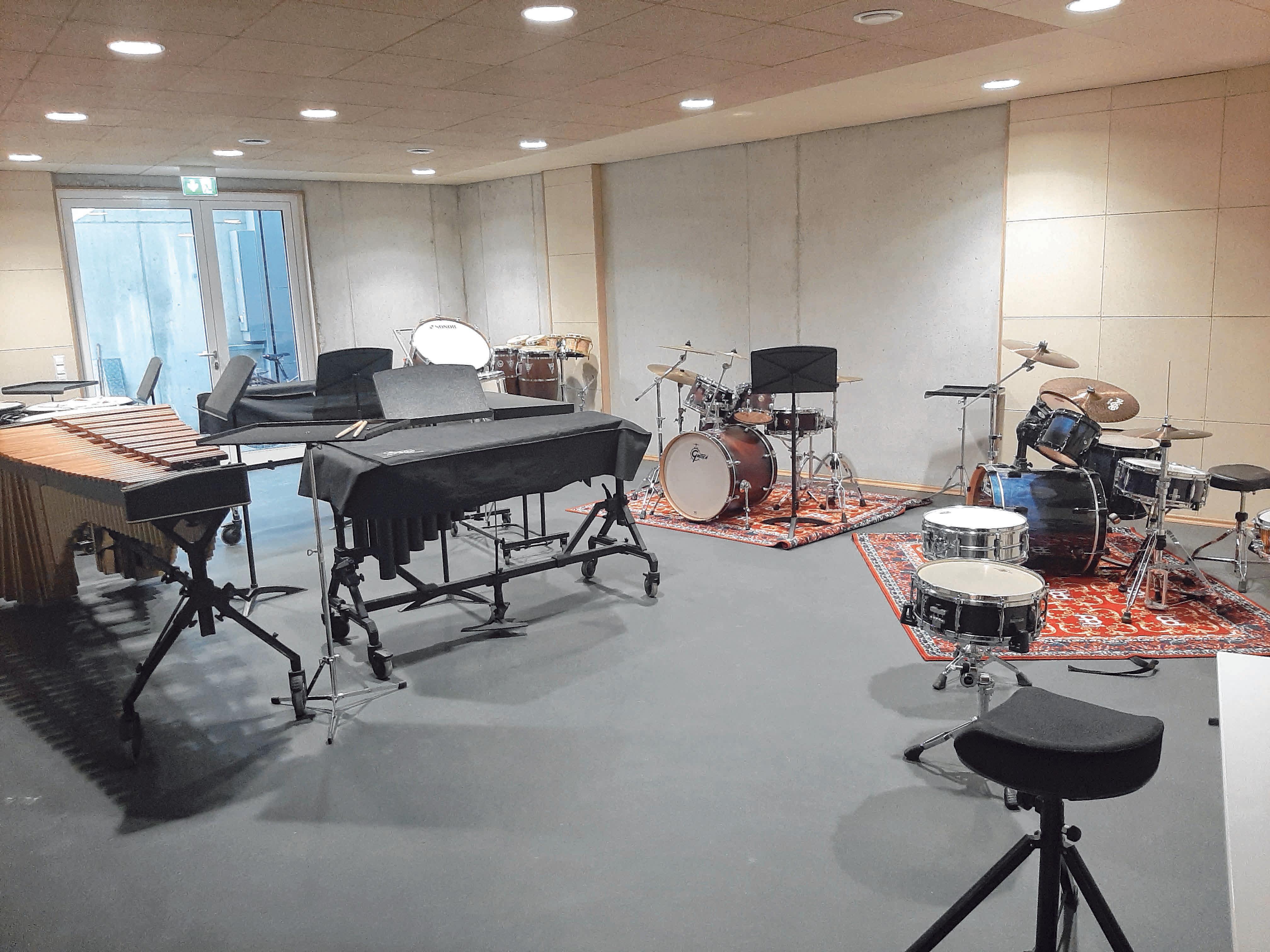 Schlagzeuger müssen mehr als das klassische Drumset beherrschen. Mit dazu gehören Becken, Rasseln, Xylophon, Vibraphon und noch viel mehr. FOTOS: W. LUTZ
