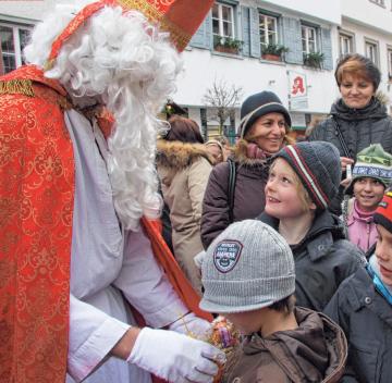Um 16.30 Uhr beschenkt der Nikolaus auf dem Marktplatz die Kinder. FOTO:BREITFELD