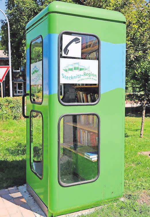 Der Kanalhering als Symbol findet sich an vielen Orten wieder – etwa als Aufkleber an dieser Bücherstation.