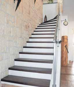 Auch der Treppenaufgang besticht durch die Steinverblendung.