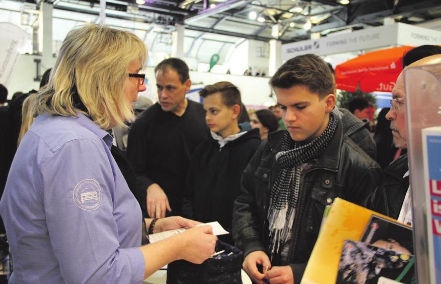 Petra Heschke-Schlichting (links) und Azubis stellen heute in der Werfthalle die Berufe im Kfz-Handwerk vor.