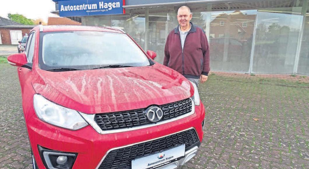 Friedrich Hocke, Geschäftsführer vom Autozentrum Hagen, freut sich über die attraktiven Neuwagen der Marken BAIC und DFSK.