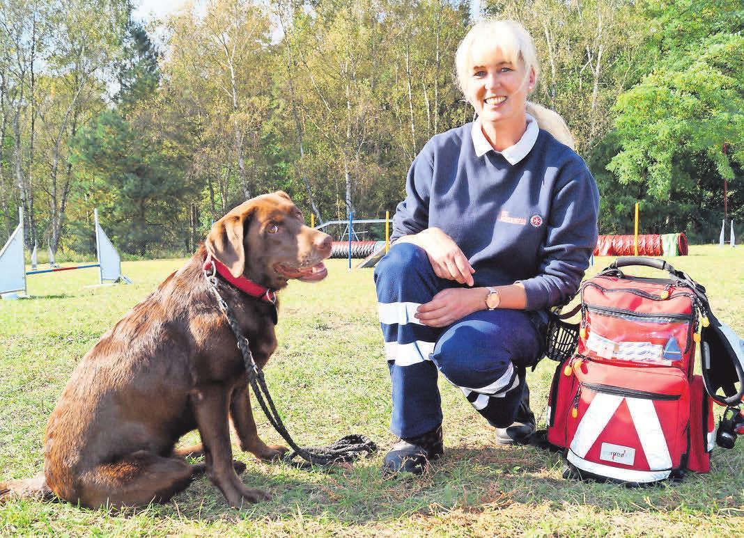 Kerstin Richter und ihre Hündin Antonia sind seit über fünf Jahren bei der Rettungshundestaffel aktiv. FOTO: IRIS KRÜGER