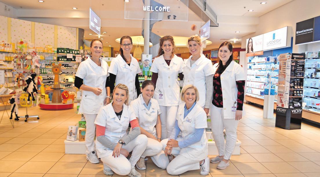 WELCOME – WILLKOMMEN: So begrüßt das Team der Petersbogen-Apotheke seine Kunden. Die Gesundheitsberaterinnen geben wertvolle Tipps zu allen Themen rund um die Familiengesundheit. Foto:Juliane Groh