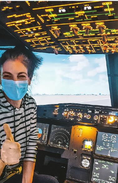 Bereit zum Start eines 65 Tonnen schweren Airbus 320: Unsere freie Reporterin Miriam Flüß im Flugsimulator