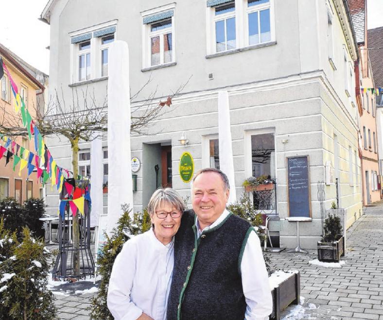 Inge und Sepp-Dieter Kaspar vor dem Cafe Melber am Munderkinger Marktplatz. Fotos: Jürgen Emmenlauer
